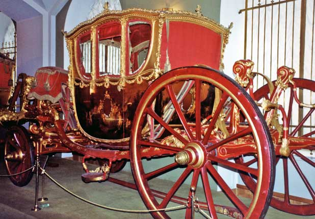 RU-Kremlin-Amory-Carriage-Russia-Moscow-Armory-red-carriage-David-Charney-618
